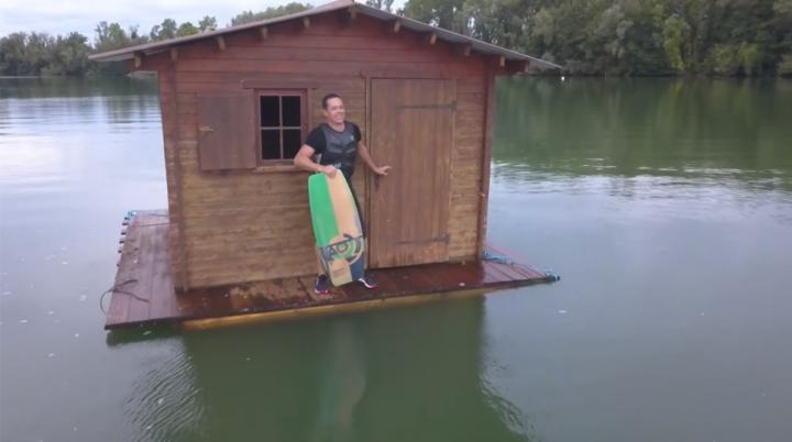 Cabane au milieu de l'eau, session wakeskate